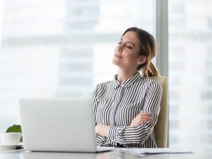 trabalhadora com computador desligado a usufruir do direito a desligar
