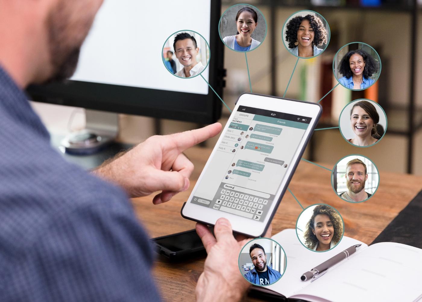nómadas digitais a trabalhar juntos online