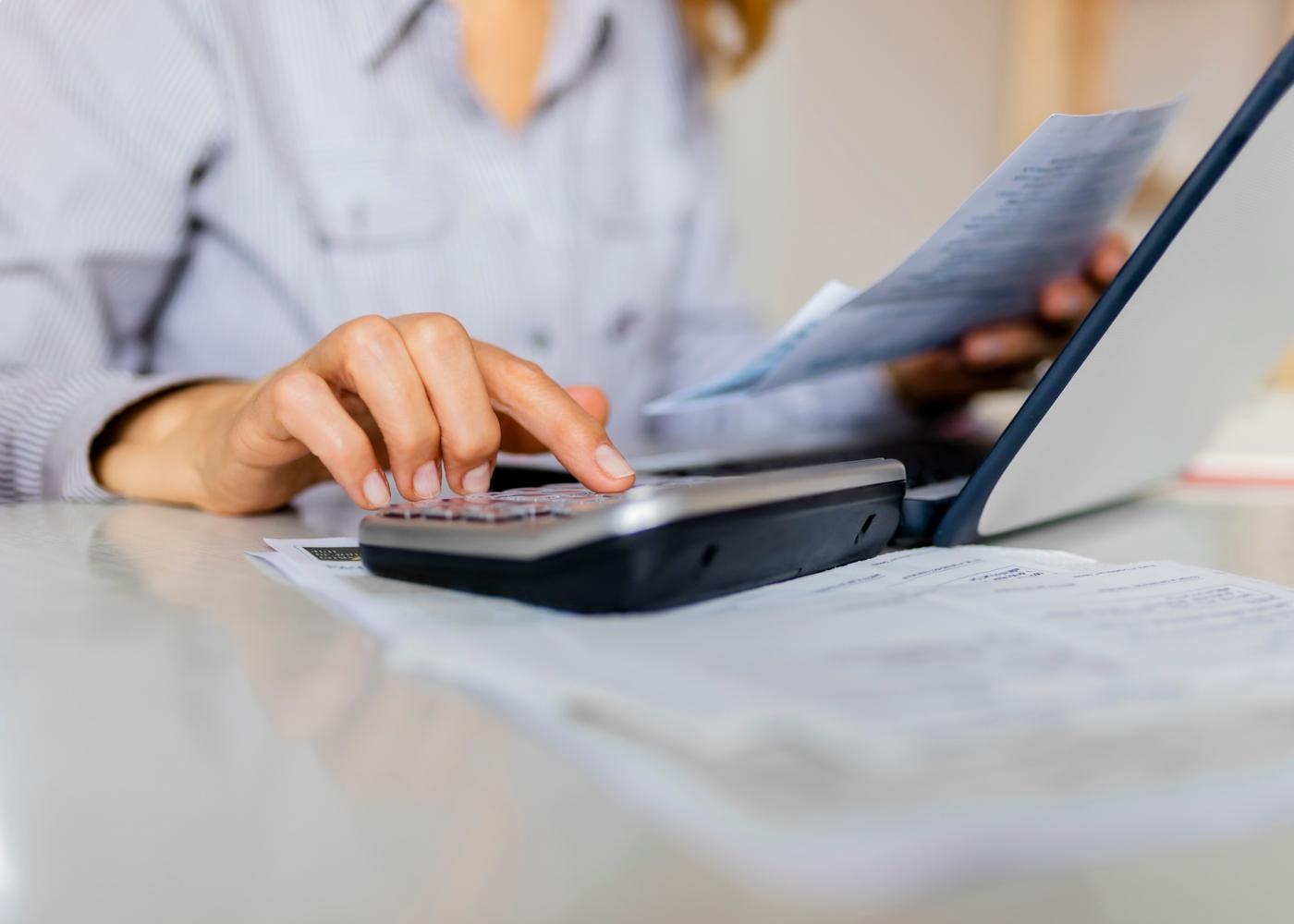 Trabalhadora independente a calcular rendimentos