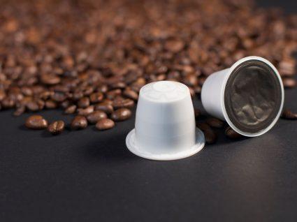 grãos de café e cápsulas