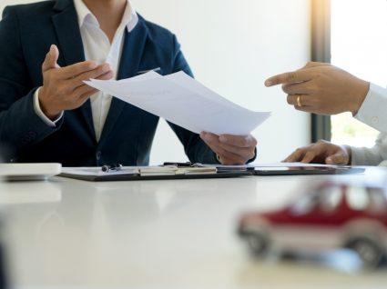 pessoas a analisar opções crédito automóvel, leasing ou crédito pessoal