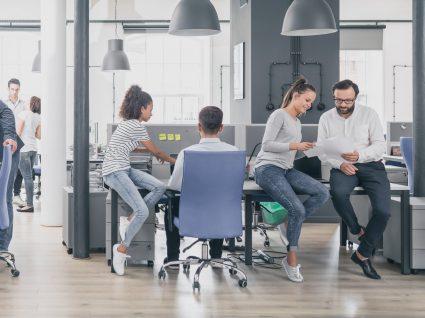 pessoas a trabalhar no escritório