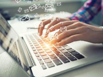 Homem a criar assinatura de email
