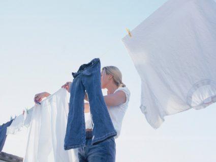 mulher a estender roupa