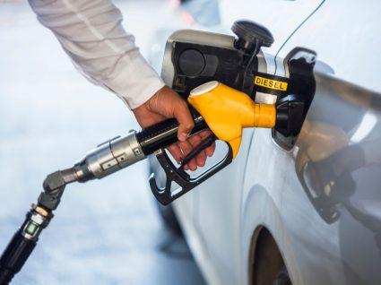pessoa a abastecer para melhorar desempenho do motor a diesel