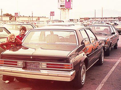 um dos melhores carros dos anos 80 estacionado num parque