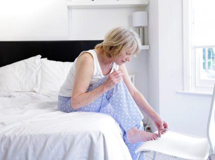 Mulher a fazer pedicure em casa