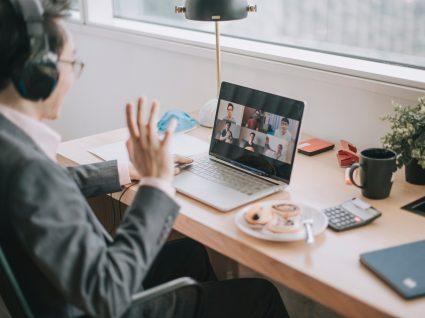 pessoa em reunião online em teletrabalho a mostrar resiliência emocional