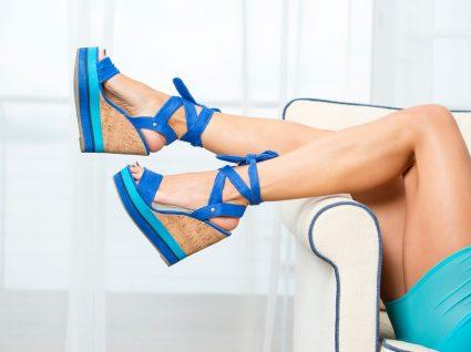 Mulher com sapatos de salto cunha