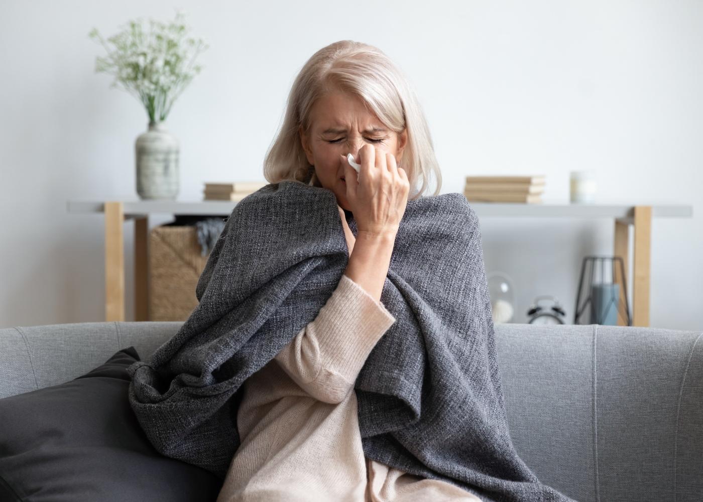 sénior constipada no sofá