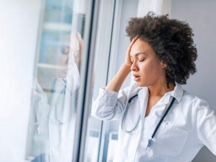médica a sofrer de síndrome de burnout