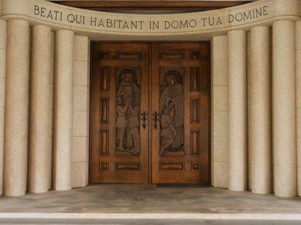 Porta do mosteiro de Singeverga