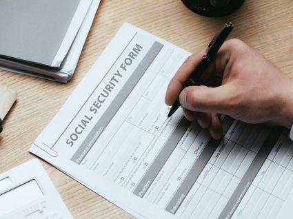 pessoa a preencher formulário de pedido do subsídio de desemprego subsequente