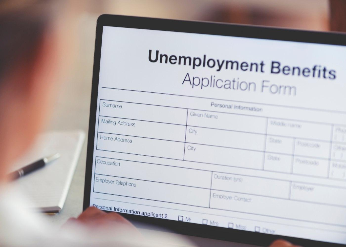 pessoa a preencher ao computador formulário de pedido do subsídio de desemprego subsequente