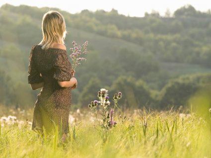 Mulher com vestidos às flores