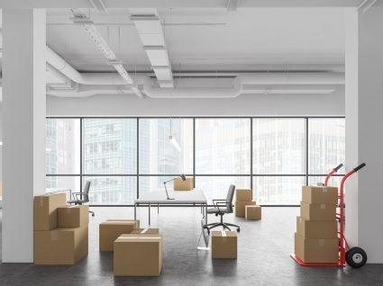 sala vazia com caixas devido a despedimento por encerramento da empresa
