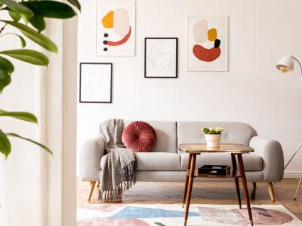 sala de estar com sofá e mesa de centro de decoração retro
