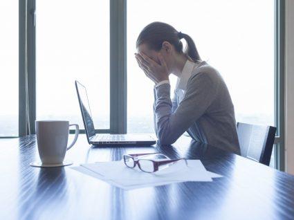 mulher ao computador a sentir medo de ir trabalhar
