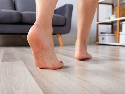 mulher a andar descalça em casa