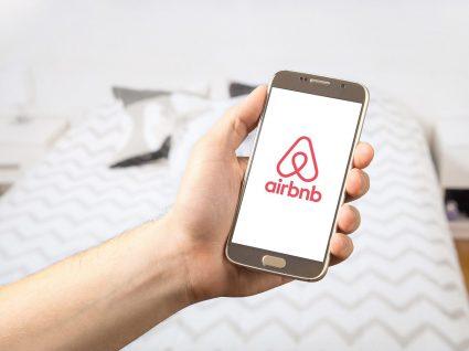 telemóvel com o símbolo airbnb