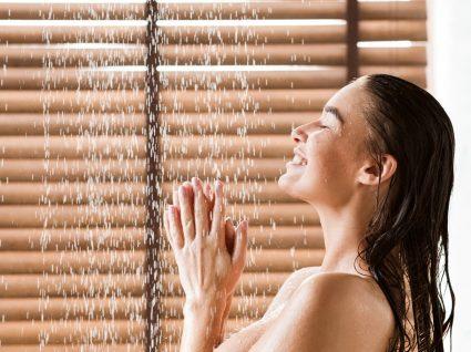 Mulher a tomar banho de água fria