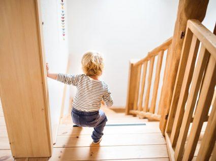 criança a descer as escadas sozinha
