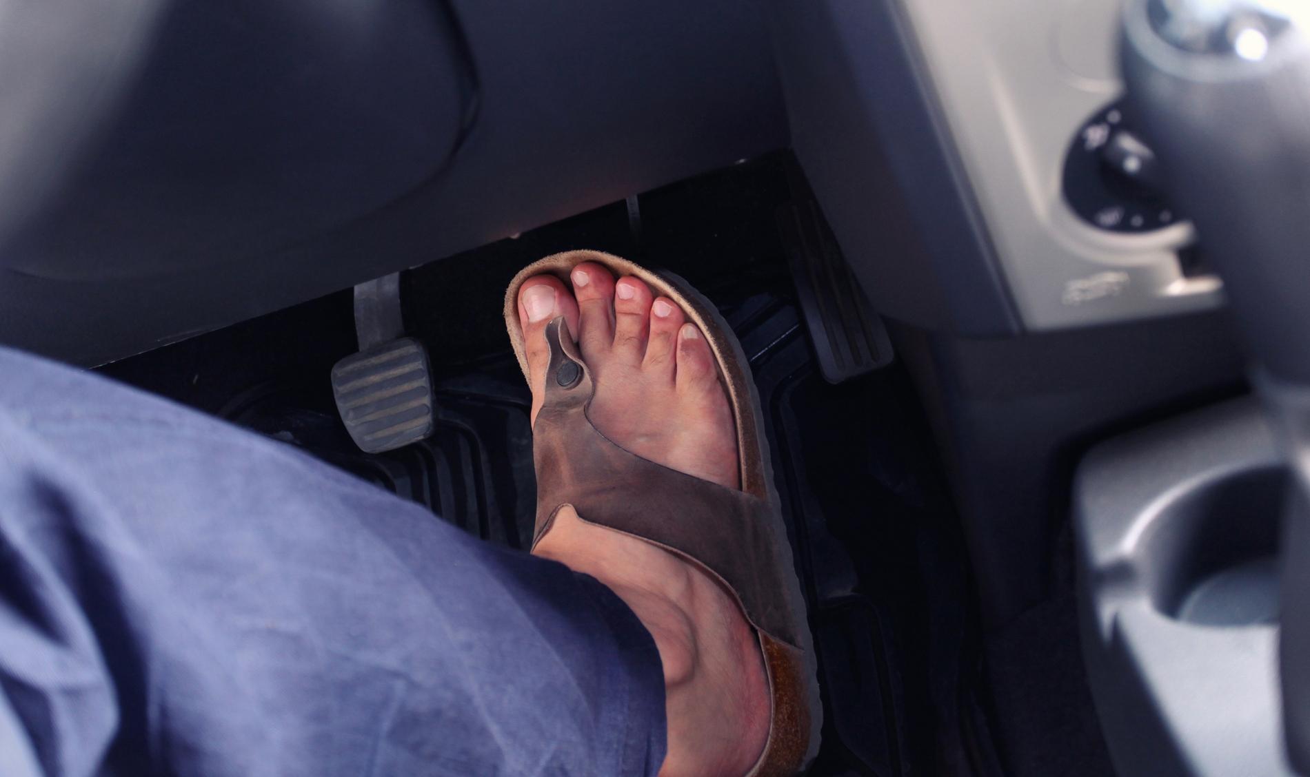 conduzir de chinelos