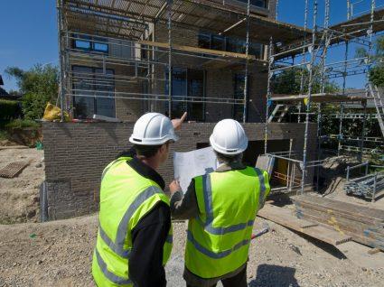 dois construtores civis com empregos bem pagos sem curso superior