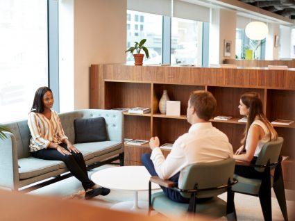 candidata a ser entrevistada por duas pessoas num ambiente informal