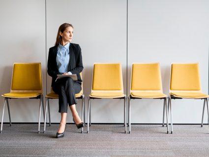 mulher sentada à espera de ser chamada para entrevista