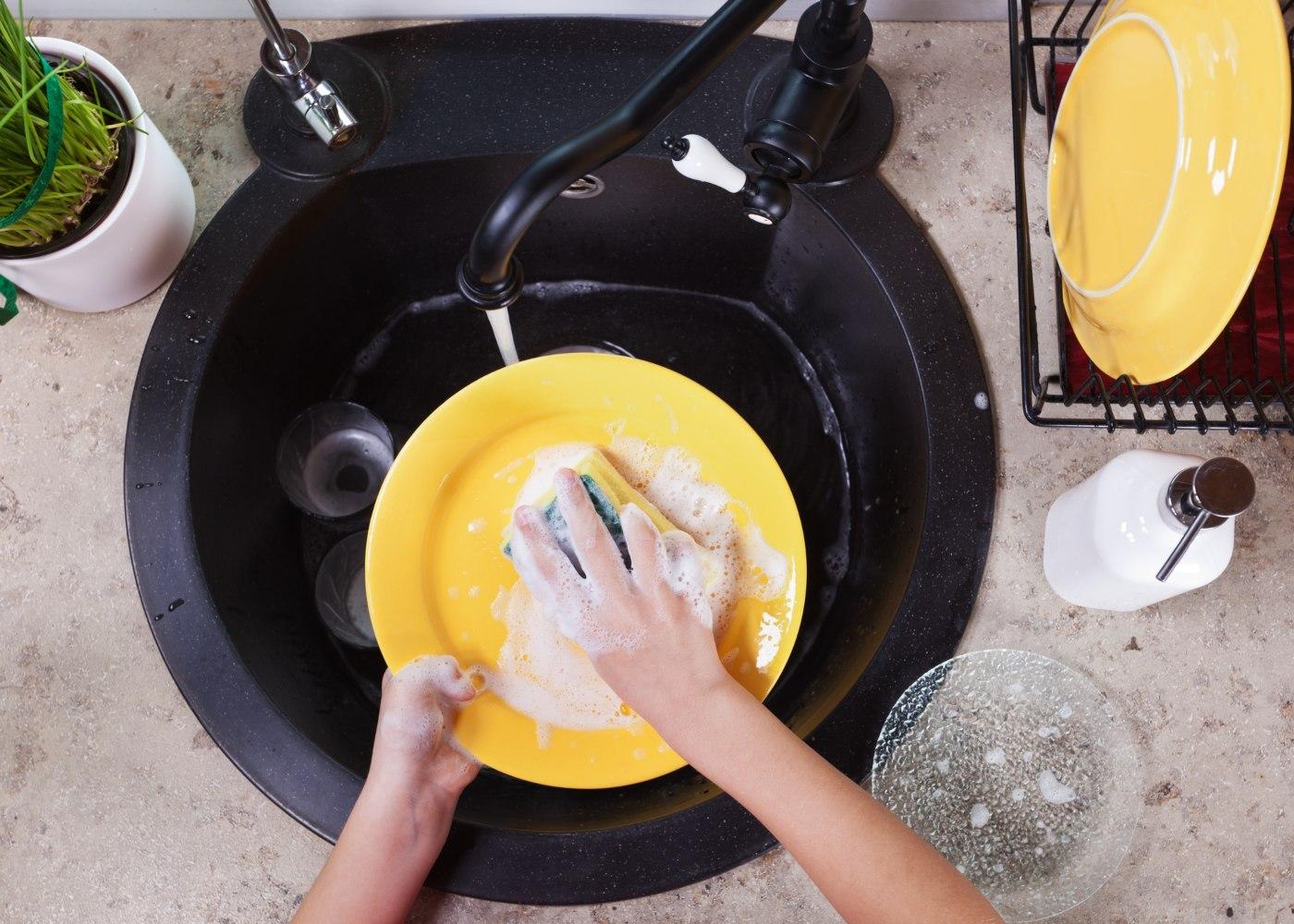 pessoa a lavar um prato