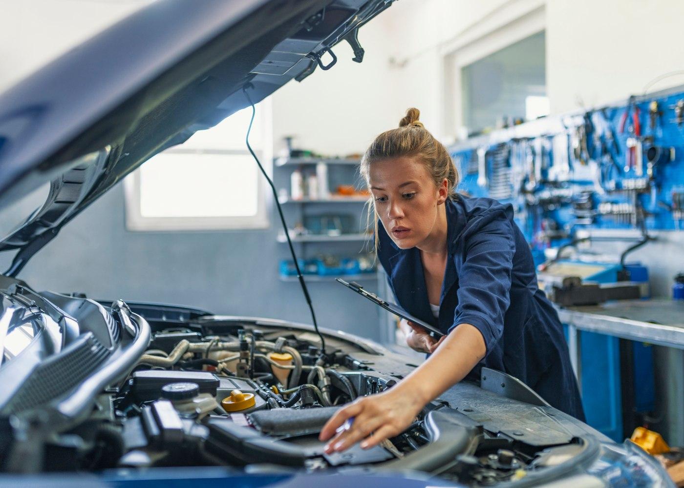jovem a trabalhar numa oficina de carros