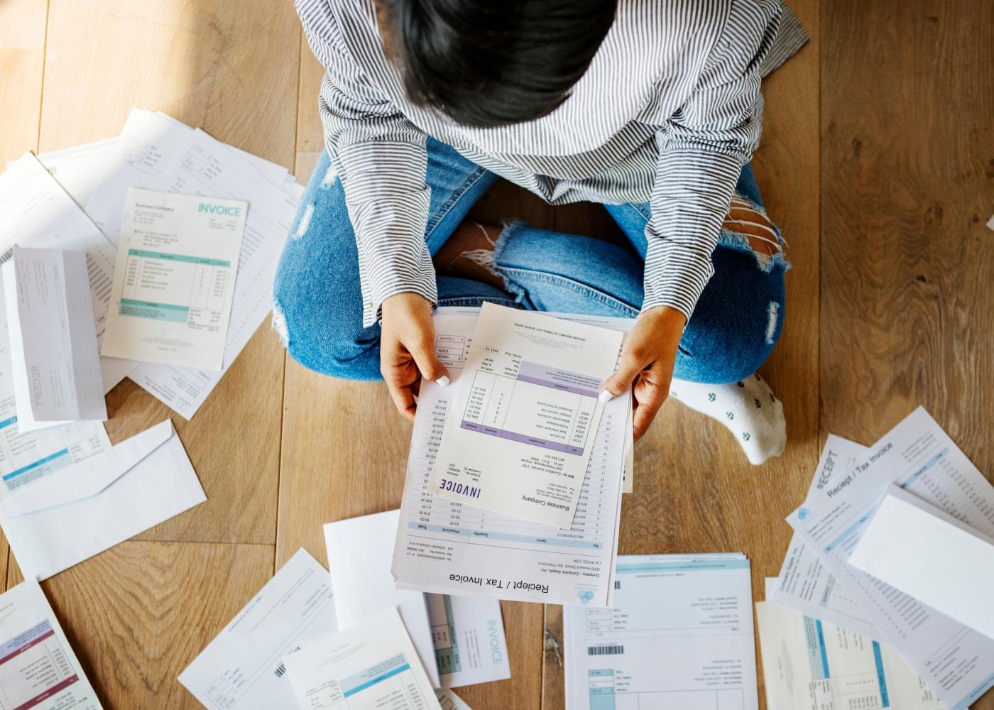 Mulher a organizar faturas