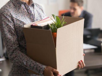 pessoa com caixa a arrumar as coisas em situação de layoff e despedimento