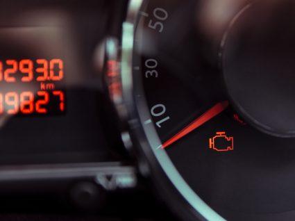 painel a indicar luz de motor acesa