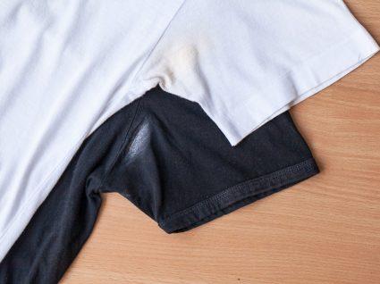 camisolas com manchas de desodorizante na zona da axila