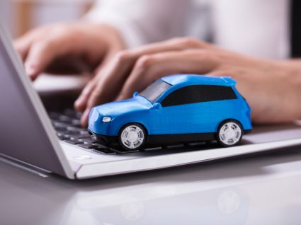 pessoa no computador a pesquisar os melhores sites para comprar carros usados