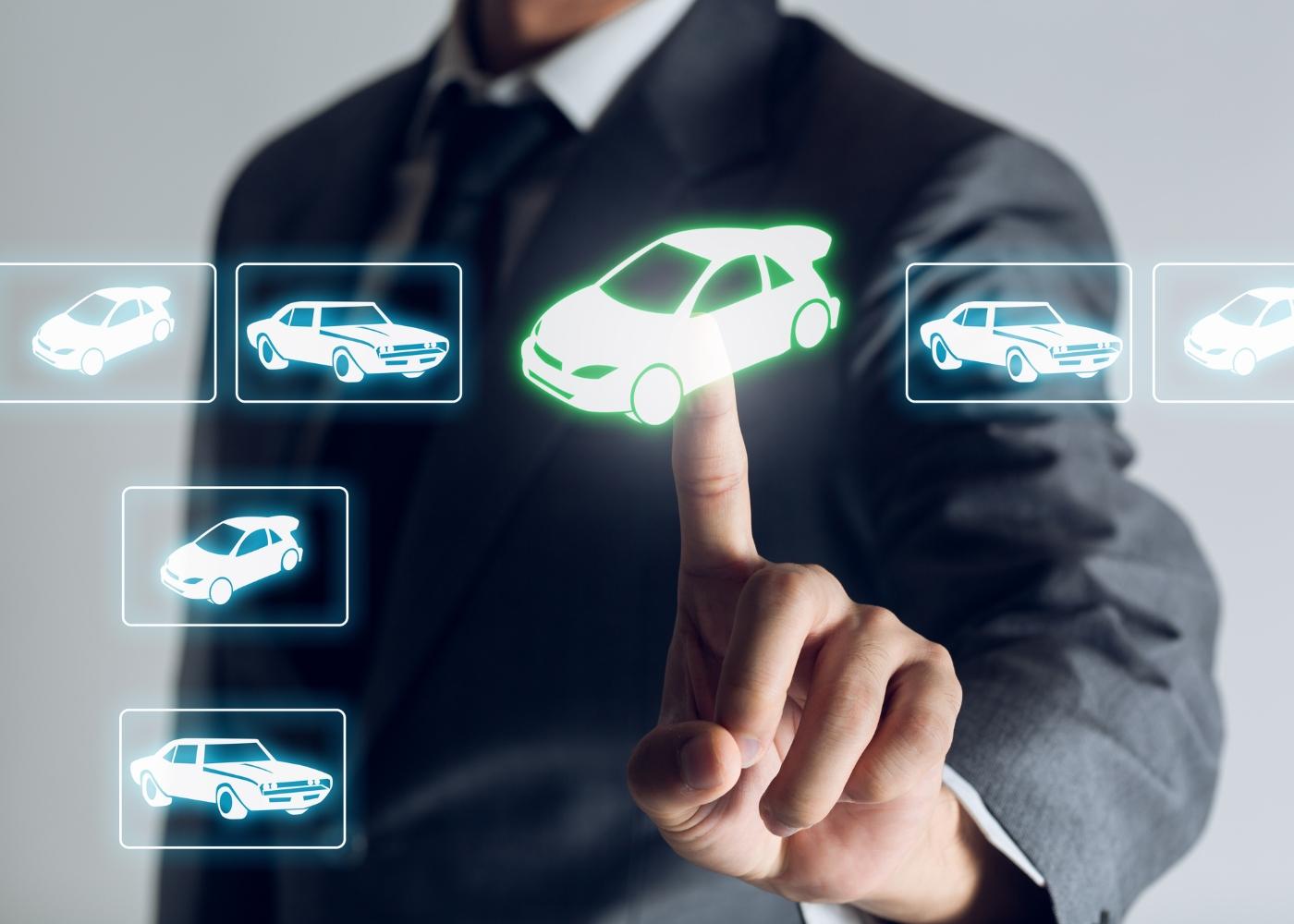 homem a comprar carros online