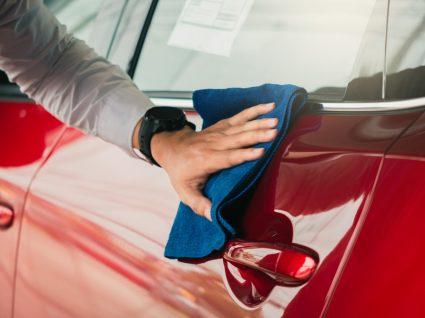 Homem a polir o carro