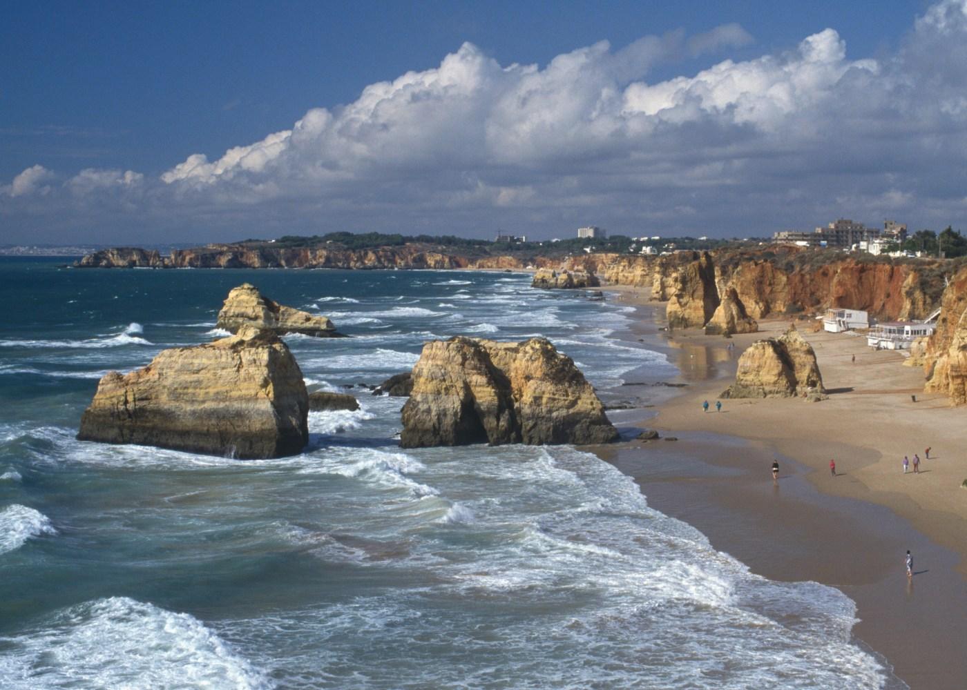 vista sobre praia com rochedos