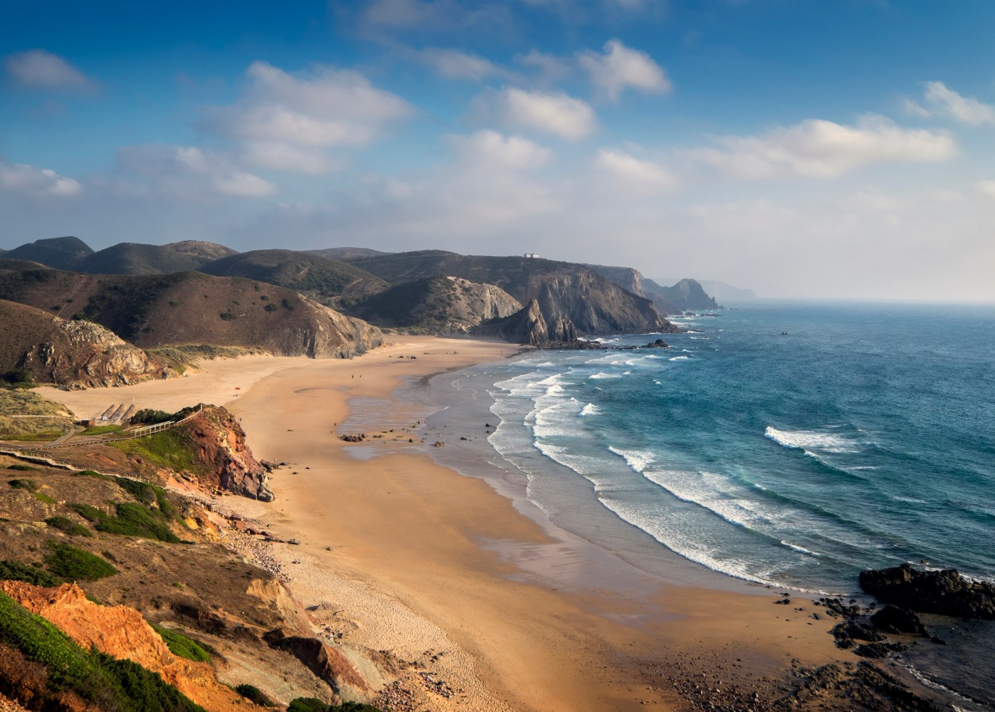 vista sobre praia deserta