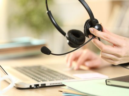 pessoa a trabalhar num call center