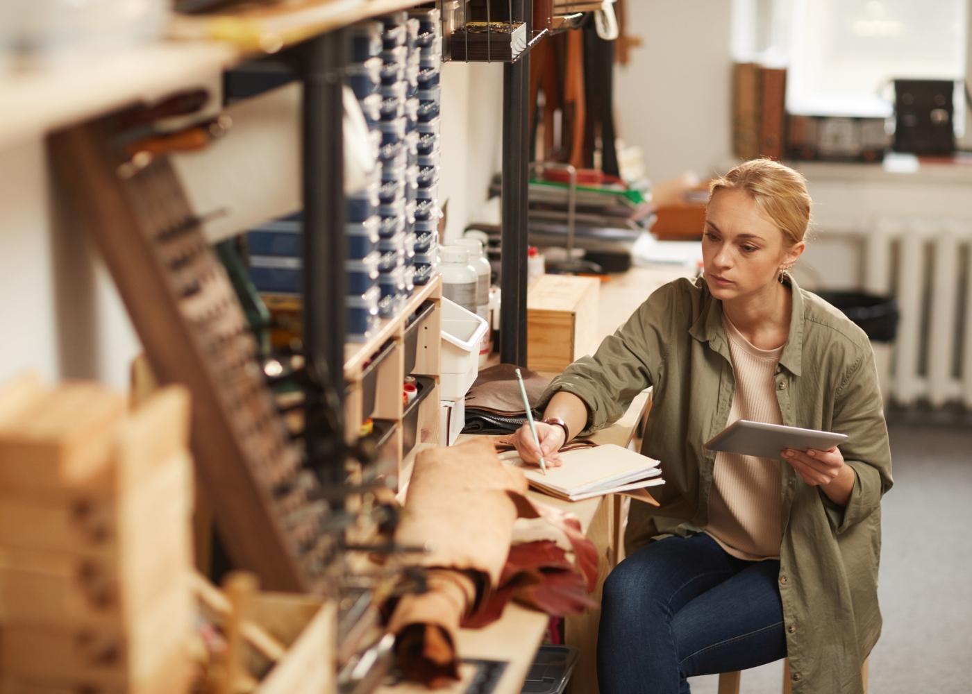 mulher a trabalhar por conta própria
