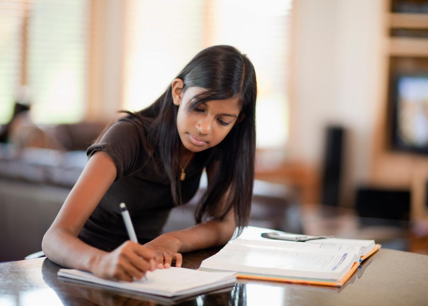 jovem a estudar com manuais escolares gratuitos