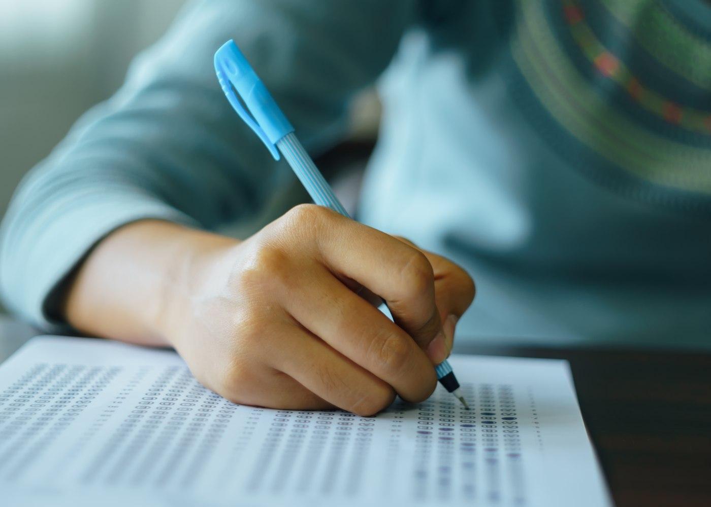 estudante a fazer um teste