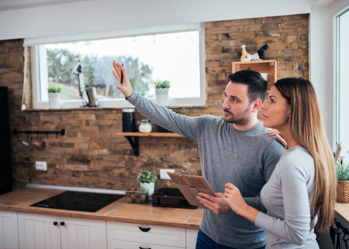 casal a ver como vão renovar a cozinha