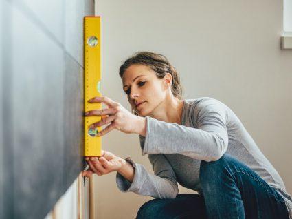 mulher a tirar medidas para começar a fazer obras em casa