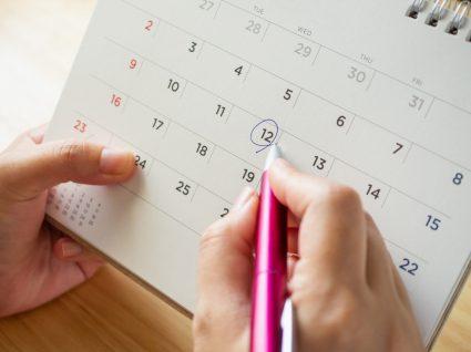 pessoa a marcar férias durante o estágio profissional no calendário