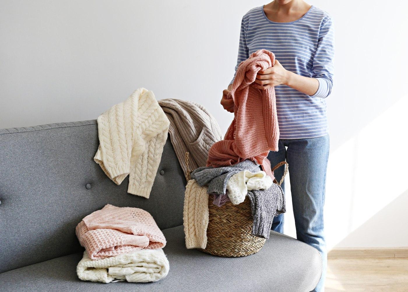 pessoa a arrumar roupas para preparar a casa para o verão