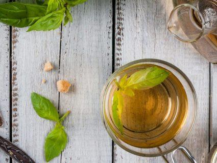 Chá de manjericão: descubra 5 benefícios e aprenda a fazer